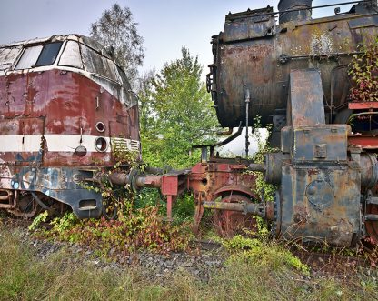 Foto einer Diesel und einer Damplok, die sich gegenüber stehen